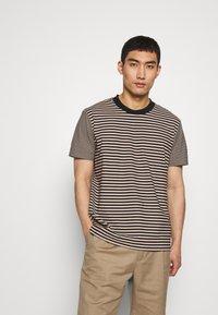 Joseph - CREW STRIPED - T-shirt print - camel combo - 0