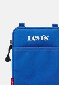 Levi's® - MINI CROSSBODY UNISEX - Taška spříčným popruhem - jeans blue - 4