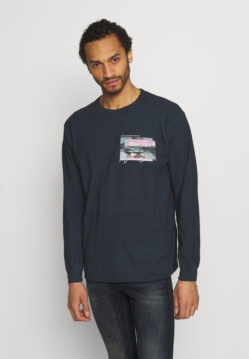 Mennace - TAIL LIGHT - Long sleeved top - washed black