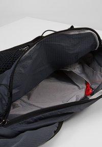 Salomon - ACTIVE SKIN - Turistický ruksak s hydrovakem - ebony/black - 5