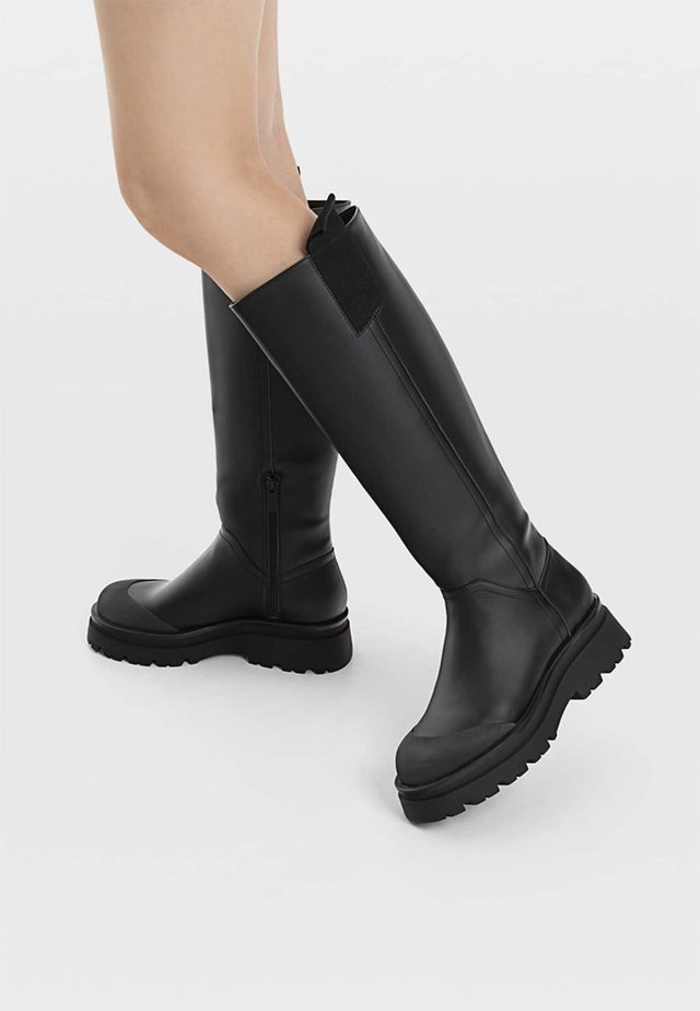 MIT GUMMIERTEM FINISH - Bottes - black