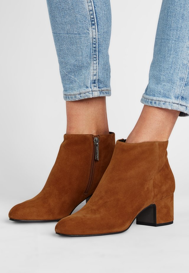 MARYLIN - Classic ankle boots - cognacbraun
