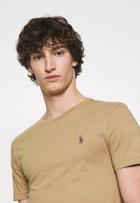Polo Ralph Lauren - CUSTOM SLIM FIT JERSEY CREWNECK T-SHIRT - T-shirt basique - luxury tan - 3