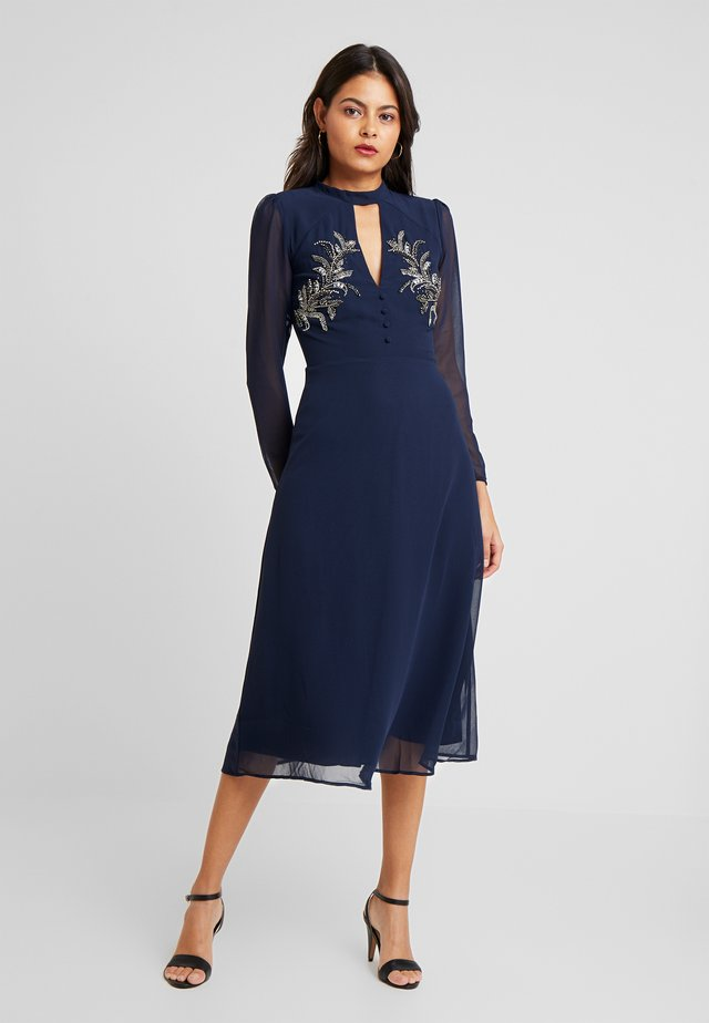 EMBELLISHED MIDI DRESS WITH KEYHOLE - Vestido de cóctel - navy