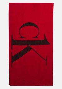 Calvin Klein Swimwear - A TOWEL - Badmantel - fierce red - 0