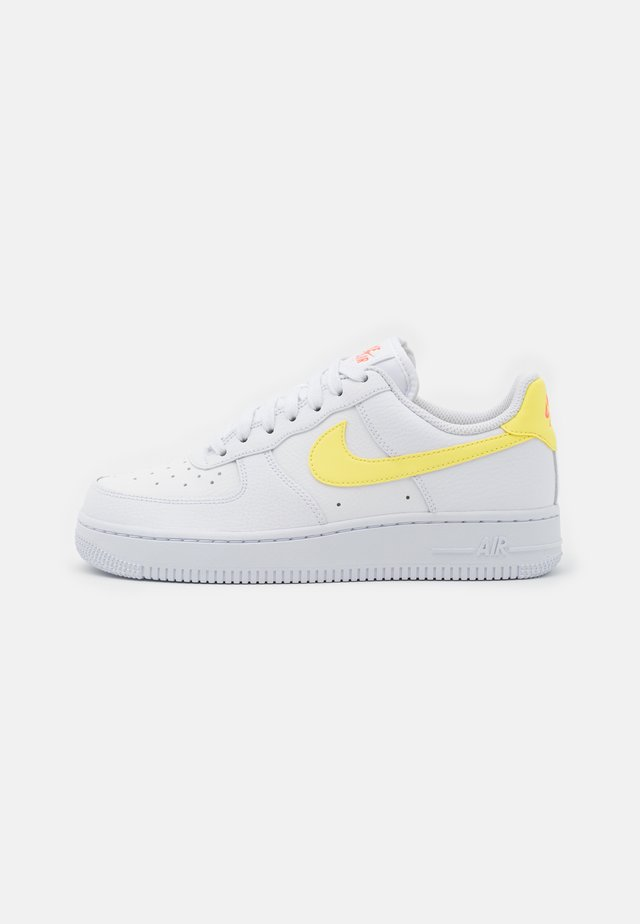 AIR FORCE 1 - Sneakers - white/light zitron/bright mango