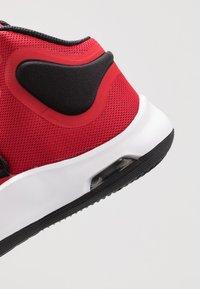 Nike Performance - AIR VERSITILE - Indoorskor - university red/black/white - 5