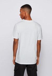 BOSS - TIRIS - Print T-shirt - natural - 2