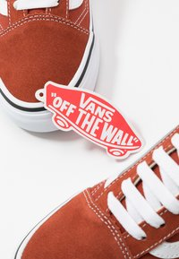 Vans - OLD SKOOL UNISEX - Sneakers laag - picante/true white - 5