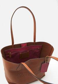 Coach - PENN TOTE - Plátenná taška - saddle - 2