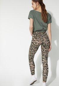 Tezenis - BEDRUCKTE  MIT HOHEM BUND - Leggings - Trousers - st.small camo - 1
