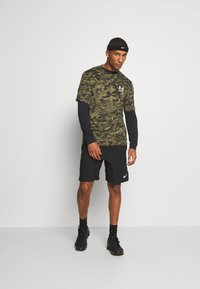 Under Armour - CAMO - T-shirt print - black/khaki - 1
