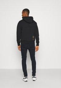Nike Sportswear - HOODIE - Hoodie - black/gold - 2