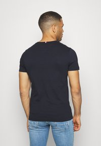 Tommy Hilfiger - FLAG TEE - Camiseta estampada - blue