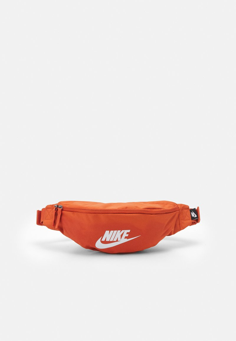Nike Sportswear - HERITAGE UNISEX - Ledvinka - light sienna/white