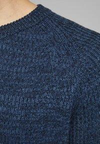 Jack & Jones - JJPANNEL CREW NECK - Jumper - denim blue 2 - 4