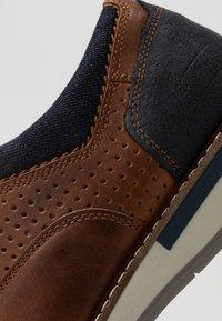 Bullboxer - Sznurowane obuwie sportowe - cognac - 5