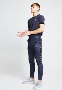 SIKSILK - ILLUSIVE LONDON JUNIORS - Print T-shirt - grey - 2