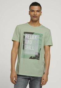 TOM TAILOR DENIM - T-shirt med print - smooth green - 0