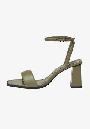 GESTEPPTE - Sandały na obcasie - khaki