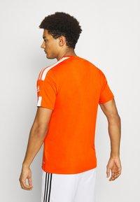adidas Performance - SQUAD 21 - T-shirt z nadrukiem - teaora/white - 2