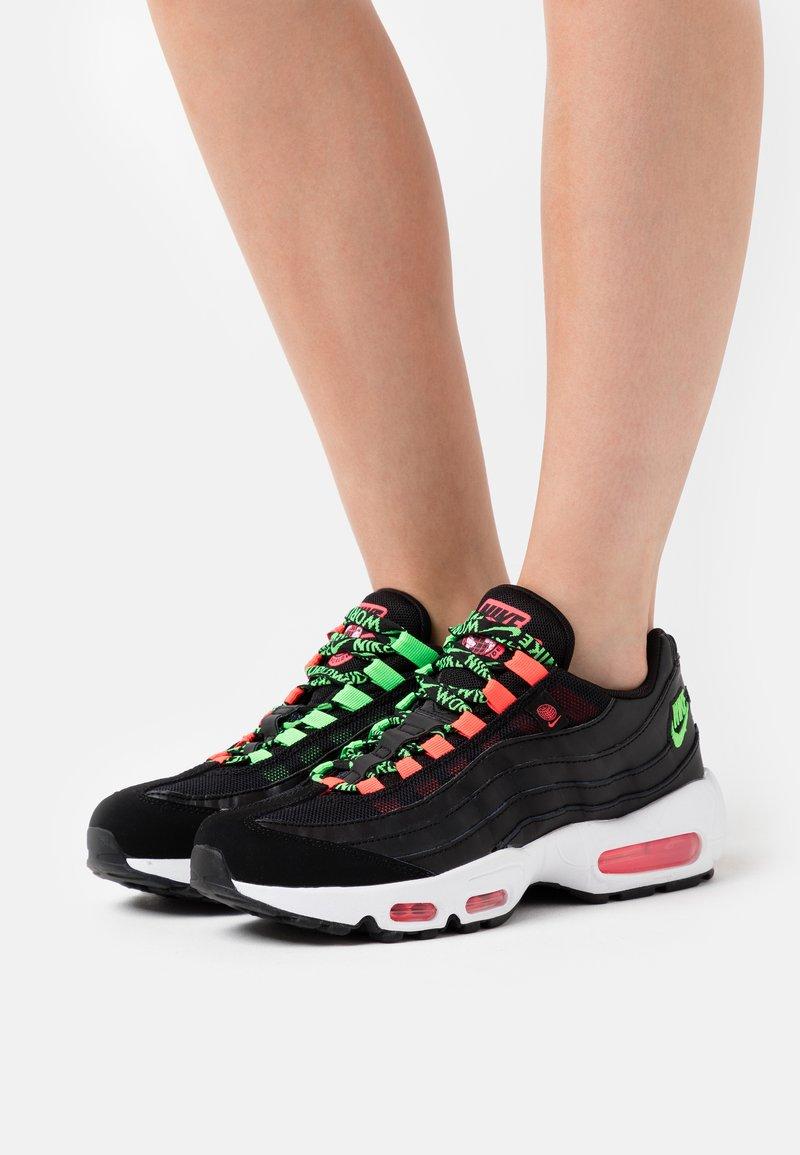 Nike Sportswear - AIR MAX 95 - Sneakers laag - black/green strike/flash crimson/white