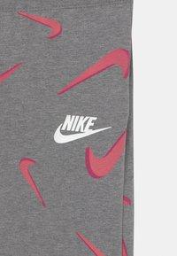 Nike Sportswear - FAVORITES - Legginsy - carbon heather/white - 2