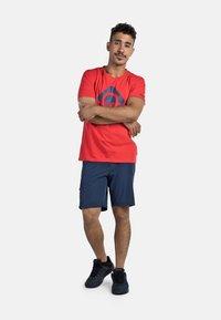 IZAS - GRANBY - T-shirt imprimé - red/bluemoon - 1