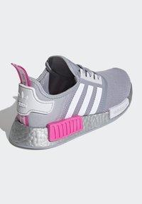 adidas Originals - NMD_R1 SHOES - Matalavartiset tennarit - halo silver/ftwr white/screaming pink - 3