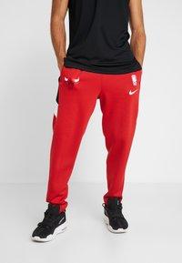 Nike Performance - NBA CHICAGO BULLS THERMAFLEX PANT - Verryttelyhousut - university red/black/white - 0
