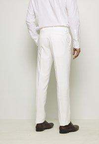 Isaac Dewhirst - WHITE WEDDING SLIM FIT SUIT - Kostym - white - 5