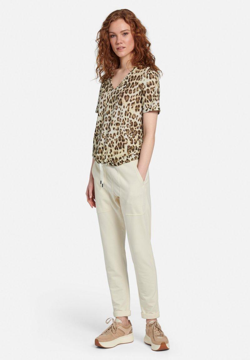 MARGITTES - Print T-shirt - beige/braun