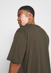 Lyle & Scott - CREW NECK - T-shirt basic - trek green - 3