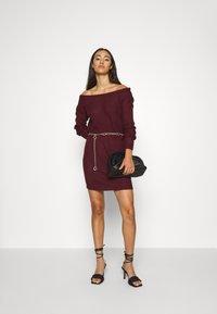 Missguided - AYVAN OFF SHOULDER JUMPER DRESS - Robe pull - burgundy - 1