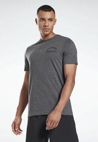 Reebok - REEBOK WEIGHTLIFTING T-SHIRT - T-shirt imprimé - grey - 2