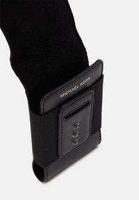 Michael Kors - EXPANDABLE PHONE LANYARD UNISEX - Skulderveske - black - 3