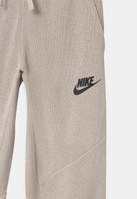 Nike Sportswear - UTILITY BOTTOM - Pantalon de survêtement - desert sand/pale ivory - 2