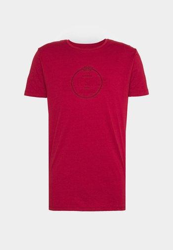 STRAIGHT HEM CHAIN BOX TEE - Print T-shirt - dark red
