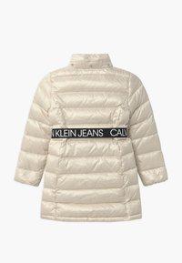 Calvin Klein Jeans - ESSENTIAL LONG - Kabát zprachového peří - off-white - 3
