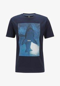 BOSS - TNOAH 1 - T-shirt med print - dark blue - 3