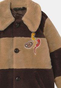 Mini Rodini - E.T. STRIPED FAUX FUR COAT UNISEX - Winter coat - beige - 2