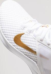 Nike Performance - AIR MAX BELLA TR 2 - Trainings-/Fitnessschuh - white/metallic gold/pure platinum - 5