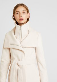 Forever New - PENELOPE WRAP COAT - Korte frakker - cream - 4