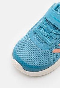 adidas Performance - FORTARUN UNISEX - Obuwie do biegania treningowe - hazy blue/glow pink/hazy sky - 5