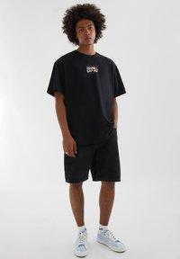 PULL&BEAR - ABGESETZTEM TEXT - Print T-shirt - mottled black - 1