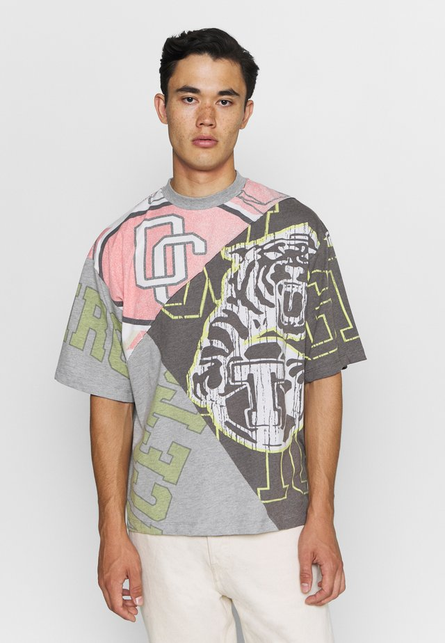 VARSITY CUT & SEW PANNELED TEE - T-shirt con stampa - grey
