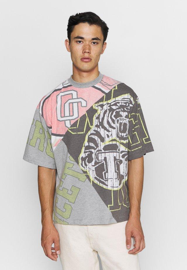 VARSITY CUT & SEW PANNELED TEE - T-shirts med print - grey