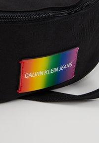 Calvin Klein Jeans - ESSENTIAL PRIDE STREET PACK - Sac banane - black - 7