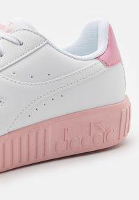 Diadora - GAME STEP UNISEX - Sports shoes - white/pink peachskin - 5