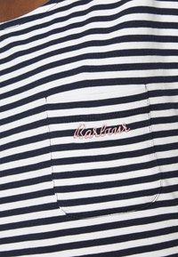 Barbour - HAREWOOD STRIPE DRESS - Žerzejové šaty - navy - 4